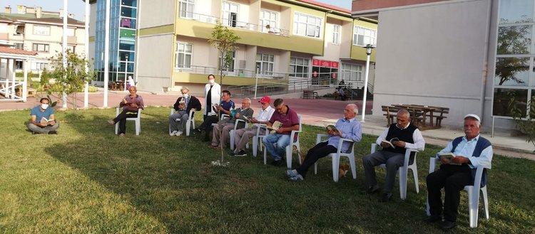 Yaşlılar açık havada kitap okudular