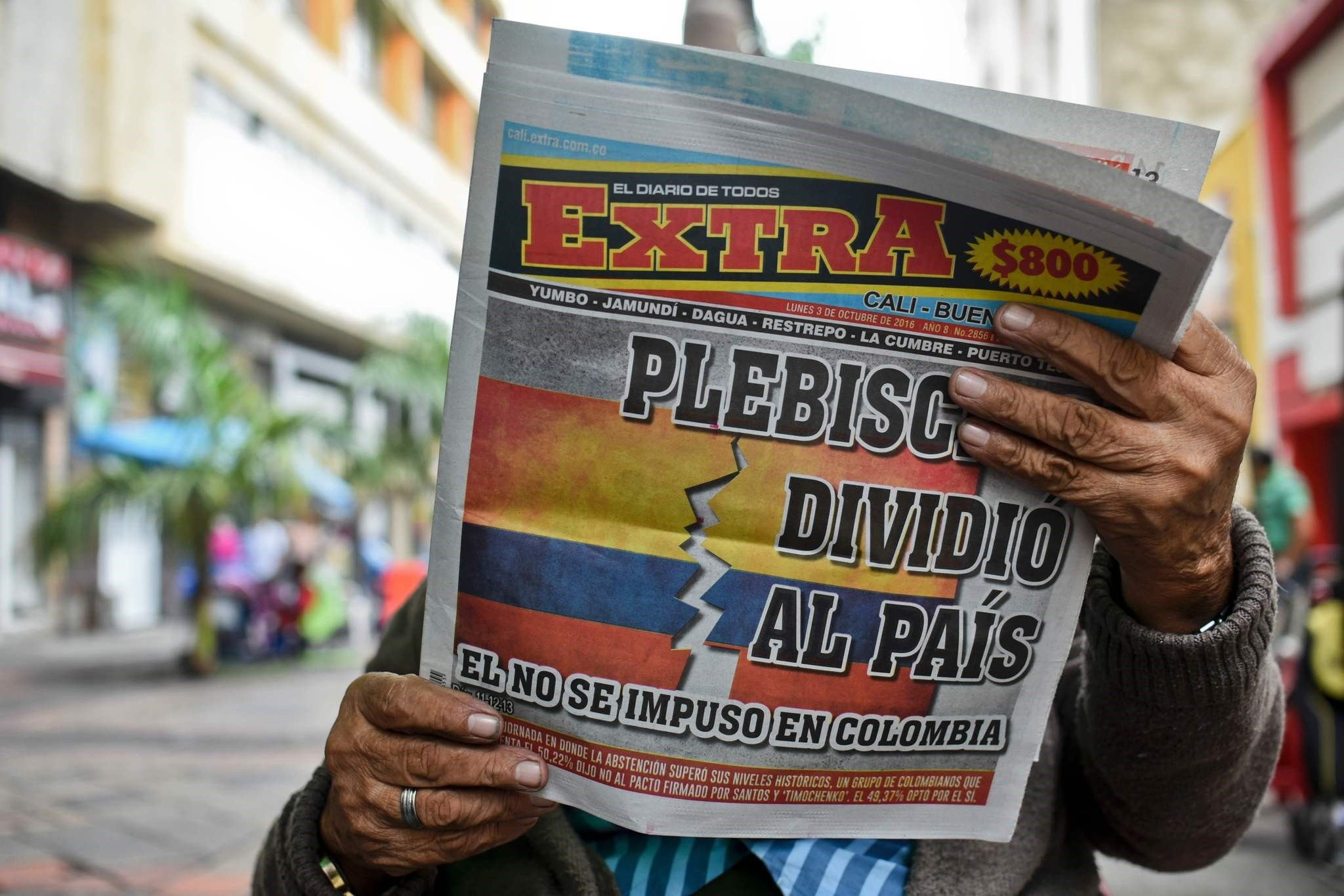 A man reads a newspaper announcing the results of the referendum that surprisingly said ,No, to the peace agreement between the Colombian government and the FARC guerrillas in Cali, Colombia, on October 3, 2016.