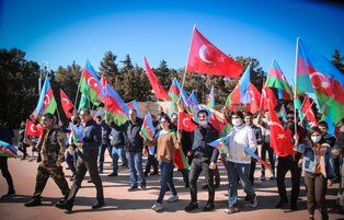 Azerbaijanis pour into streets to celebrate 102nd anniversary of national flag