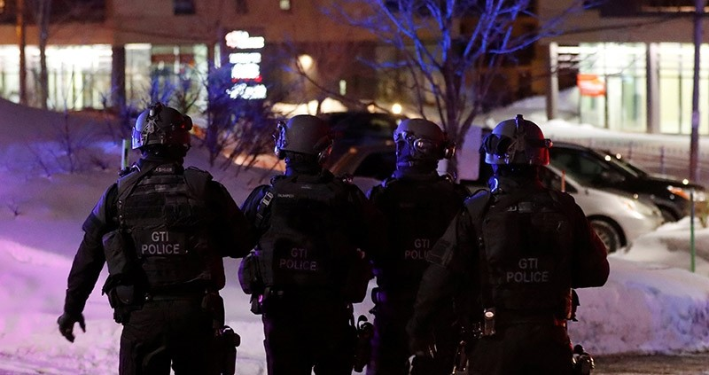 Swat team police officer walk aournd a mosque after a shooting in Quebec City, January 29, 2017 (Reuters Photo)