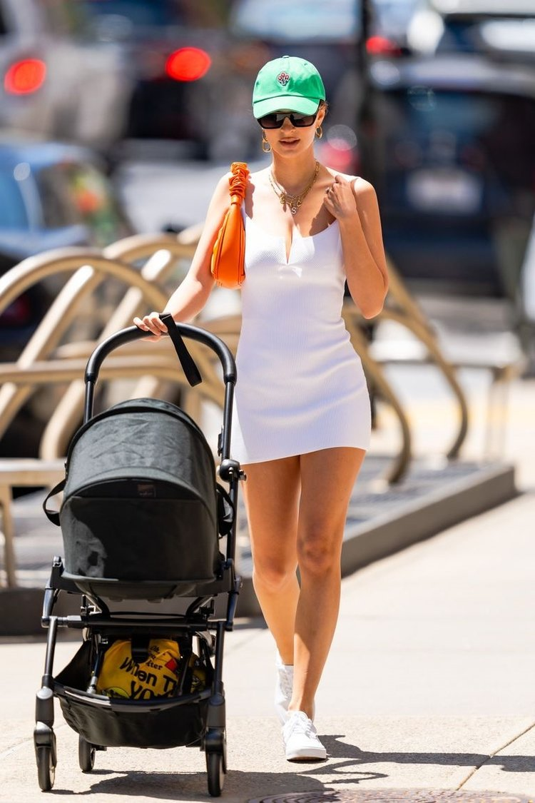 Ratajkowski, Beyaz Tenis Elbisesi Giydi