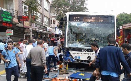 Ankara'da belediye otobüsü durağa daldı