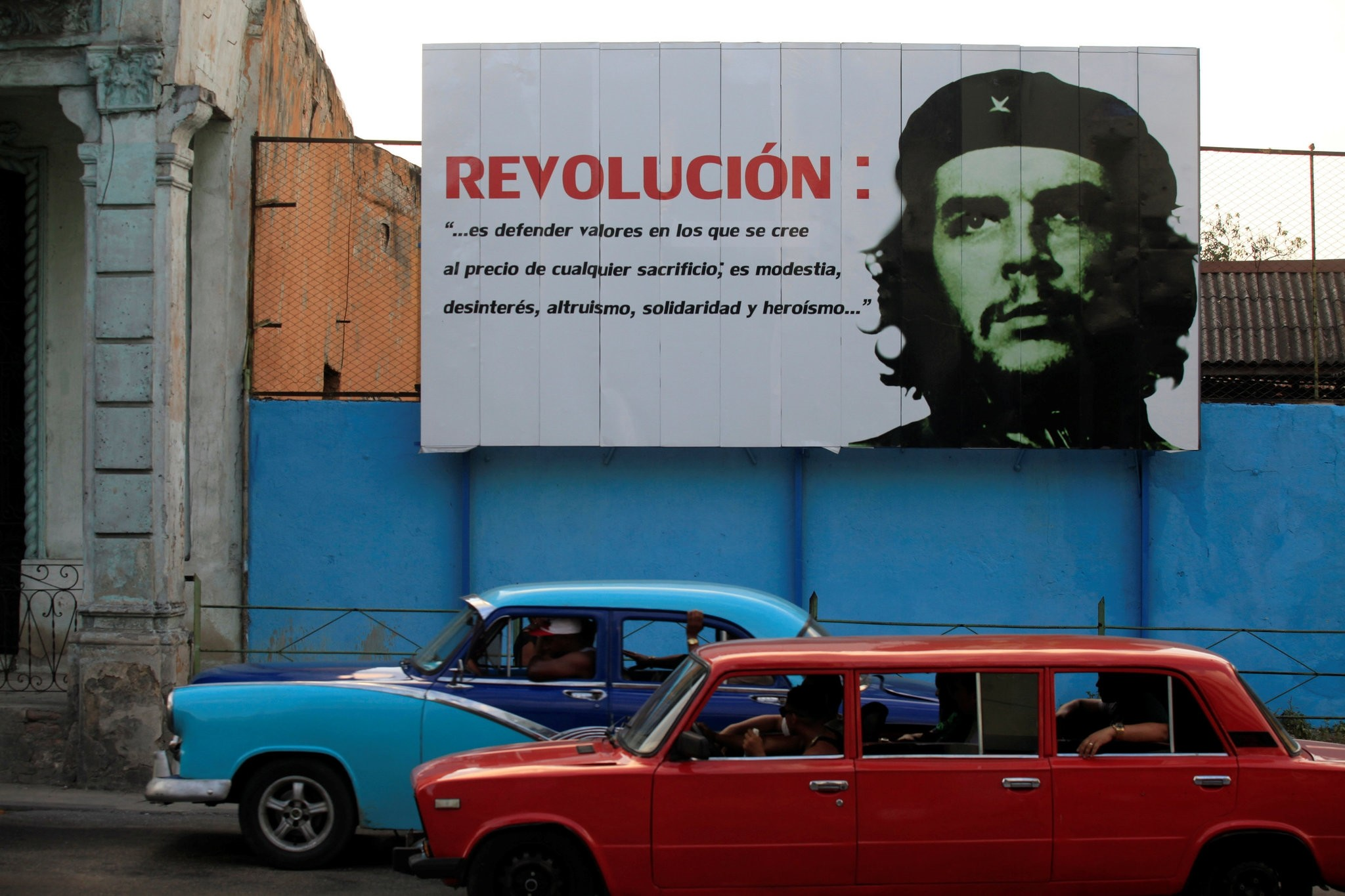 A mural with an image of Revolutionary fighter Ernesto ,Che, Guevara is seen on a street in Havana May 18, 2016 (Reuters Photo)