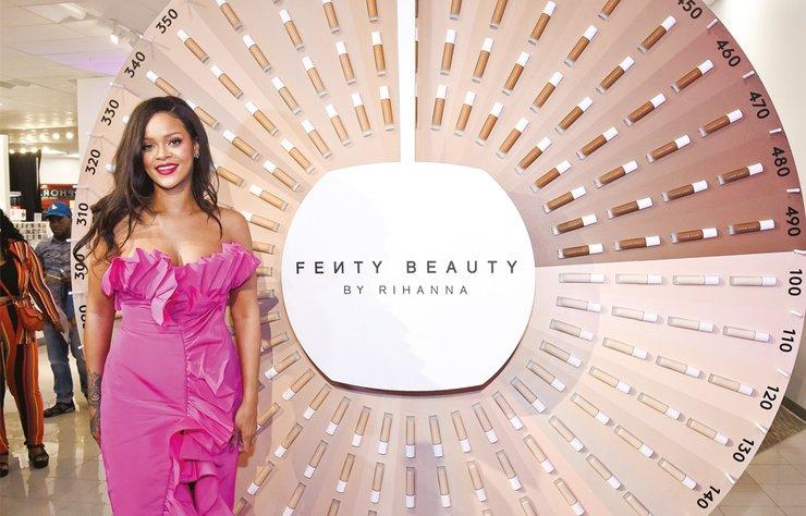 Güzellikleriyle tüm dünyada milyonlarca hayrnalarını etkileyen Hollywood'un ünlü isimleri kendi yarattıkları kozmetik markalarıyla dikkatleri üzerine çekiyor. Dünya devi markalarla kapışan ünlü isimler arasında bu sayede milyarder olanlar da var