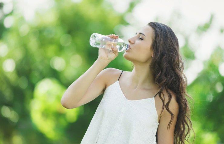 Su içmek yaşamsal ihtiyaçlar arasında yer alıyor. Uzmanlar her gün en az iki litre su içilmesi gerektiğine vurgu yapıyor. Aç karna su içmek ise ayrı bir önem taşıyor. Peki aç karna su içmenin faydaları nelerdir?