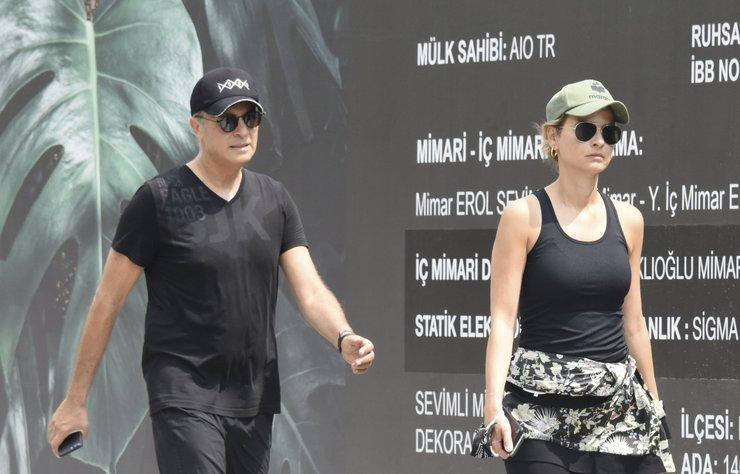 Beşiktaş eski başkanı Fikret Orman ve sevgilisi Tuğba Coşkun önceki gün Bebek'te objektiflere maskesiz görüntülendiler.
