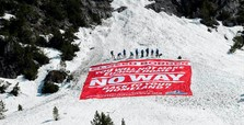 Far-right activists block Alps to prevent migrant entry