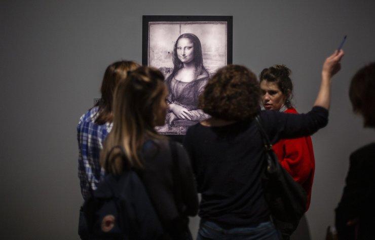 Dünyanın en ünlü ressamlarından Leonardo Da Vinci'nin, ölümünün 500. yıl dönümü nedeniyle Paris'te bulunan Louvre Müzesi'nde açılan sergi rekor ilgiyle karşılandı.