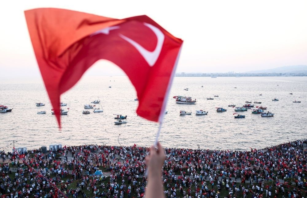 A person waves a Turkish flag during a rally at Gu00fcndou011fdu Square in u0130zmir to protest against the failed July 15 failed coup attempt. (AFP Photo)