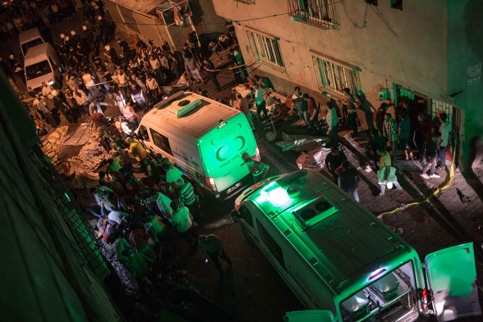 Ambulances arrive at site of an explosion on August 20, 2016 in Gaziantep following a late night militant attack on a wedding party in southeastern Turkey. (AFP Photo)