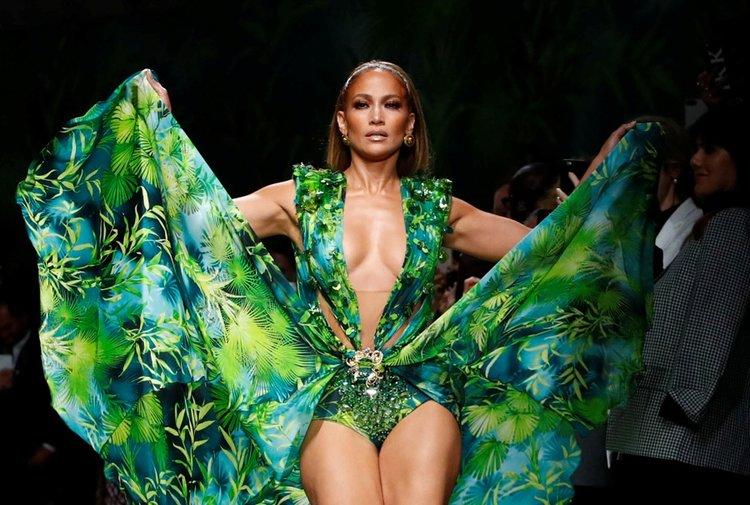 Versace İlkbahar/Yaz 2020 defilesi Jennifer Lopez rüzgarı