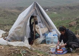 Eşinden ayrıldı, oğluyla beraber sokağa çadır kurdu
