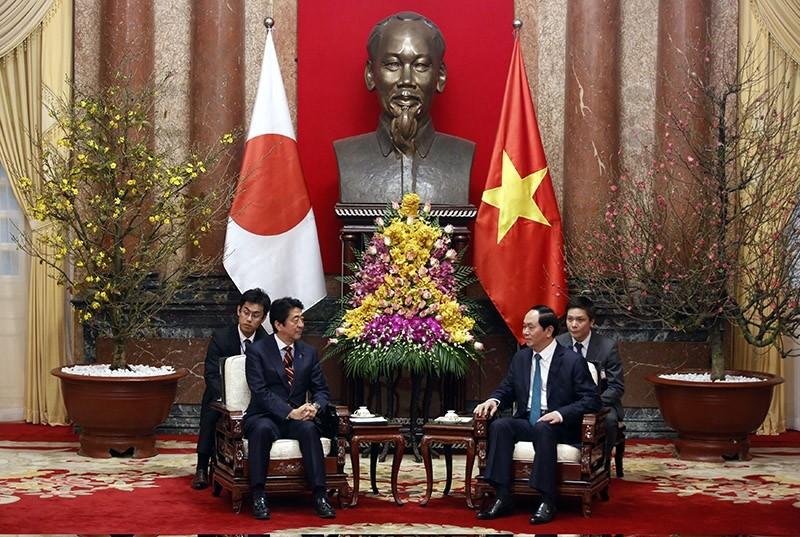Japanese Prime Minister Shinzo Abe (2-L) talks with Vietnam's President Tran Dai Quang (2-R) at the Presidential Palace in Hanoi, Vietnam on Jan. 16, 2017. (EPA Photo)