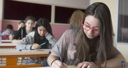 على عكس ما يقوم به معظم الطلبة من الاستمرار في المذاكرة حتى اللحظة الأخيرة قبل دخول الامتحان، معتقدين أن ذلك يساعد على ترسخ المعلومات بشكل أفضل في أذهانهم، تنصح الطبيبة النفسية التركية