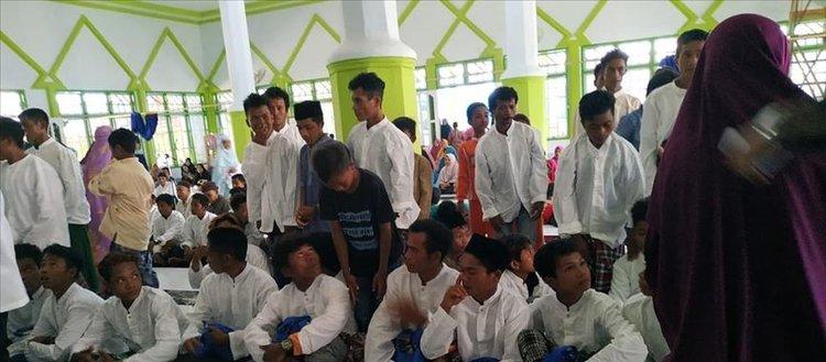 Endonezya'da kabile üyesi 300 kişi topluca Müslüman oldu