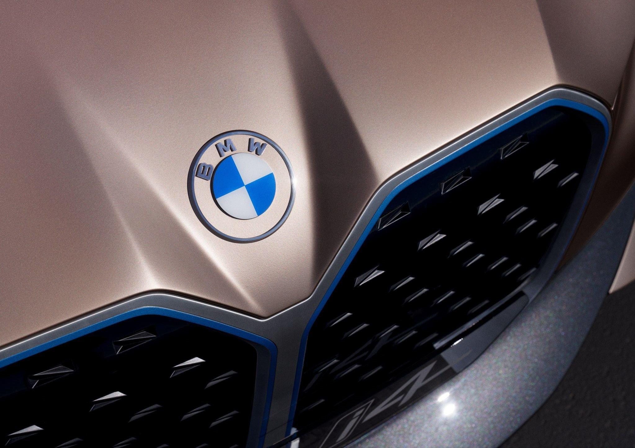 BMW LOGOSUNU DEĞİŞTİRDİ