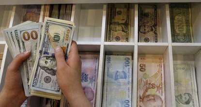 سجل الدولار الأمريكي أعلى قيمة قياسية له أمام الليرة التركية التي هبطت 2.5 % أمامه، اليوم الأربعاء، لتصل 3.895 ليرات للدولار، في الوقت الذي يتخذ فيه البنك المركزي التركي خطوات للحد من التغيرات...