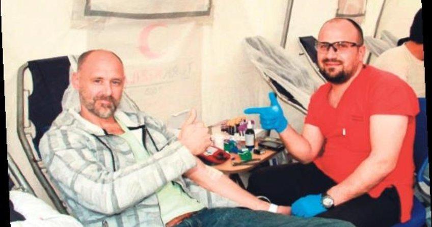 Askerler için kan verdi