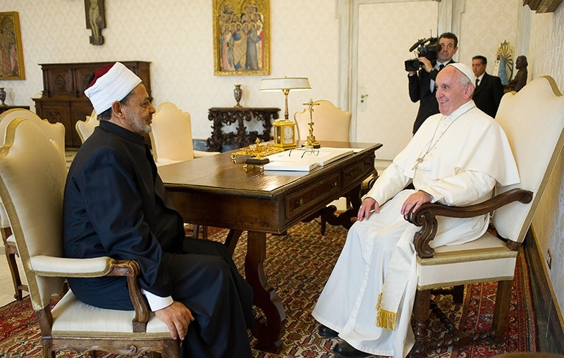 This handout picture taken and released by the Vatican press office on May 23, 2016 shows Pope Francis (L) talking to Egyptian Grand Imam of al-Azhar Mosque Sheikh Ahmed Mohamed al-Tayeb (R) (AFP Photo)