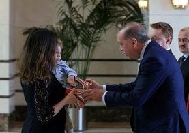 Cumhurbaşkanı Erdoğan Büyükelçi'nin oğluna oyuncak hediye etti