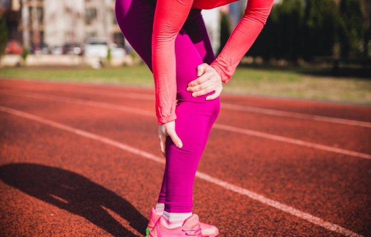 Yaygın bir rahatsızlık olan huzursuz bacak sendromu kişilerin günlük yaşamını olumsuz yönde etkiliyor. Sıcak hava, vitamin eksikliği, stres vs. durumlara bağlı olarak görülebilen huzursuz bacak sendromu tedavi edilmediğinde sorunları daha da büyütür.