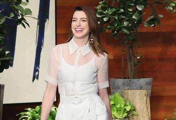 Anne Hathawayin beyaz şıklığı