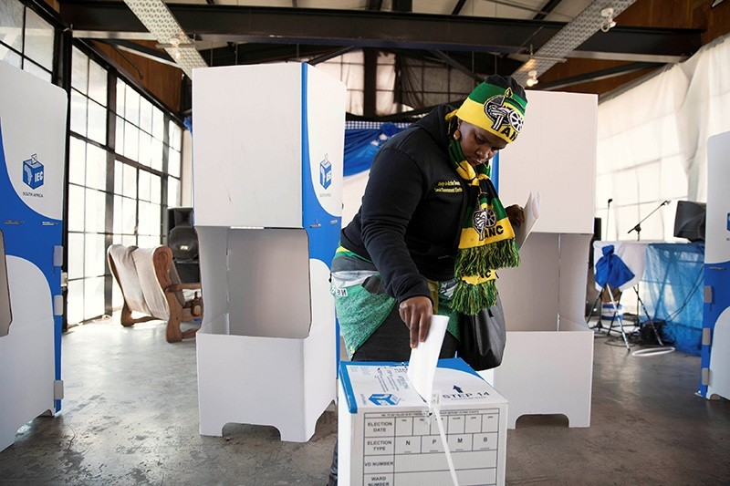 A women wearing ANC regalia casts her vote during the local government elections in Hillbrow, central Johannesburg, South Africa, August 3,2016. (Reuters Photo)