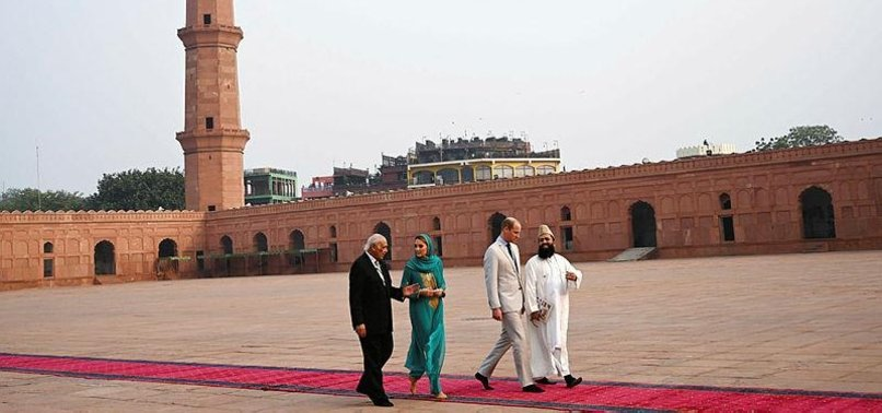 WILLIAM AND KATE PLAY CRICKET AND TOUR MOSQUE IN PAKISTANS LAHORE