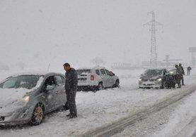 Van'da yoğun kar yağışından yollar kapandı: TIR sürücüleri benzin istasyonuna sığındı