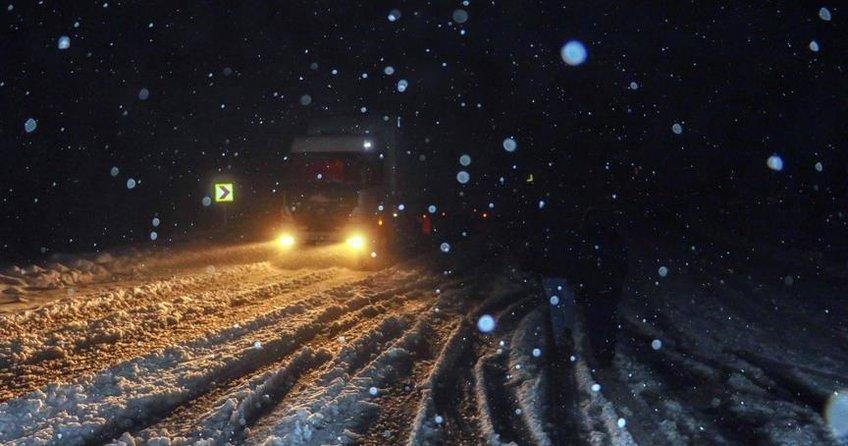 Yoğun kar yağışı nedeniyle Ağrı-Iğdır karayolu ulaşıma kapandı