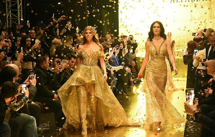 Ayşe Hatun Önal ile Victoria's Secret meleği Maryna Linchuk, AlfaBeta SS 18 Couture defilesine çıktı.