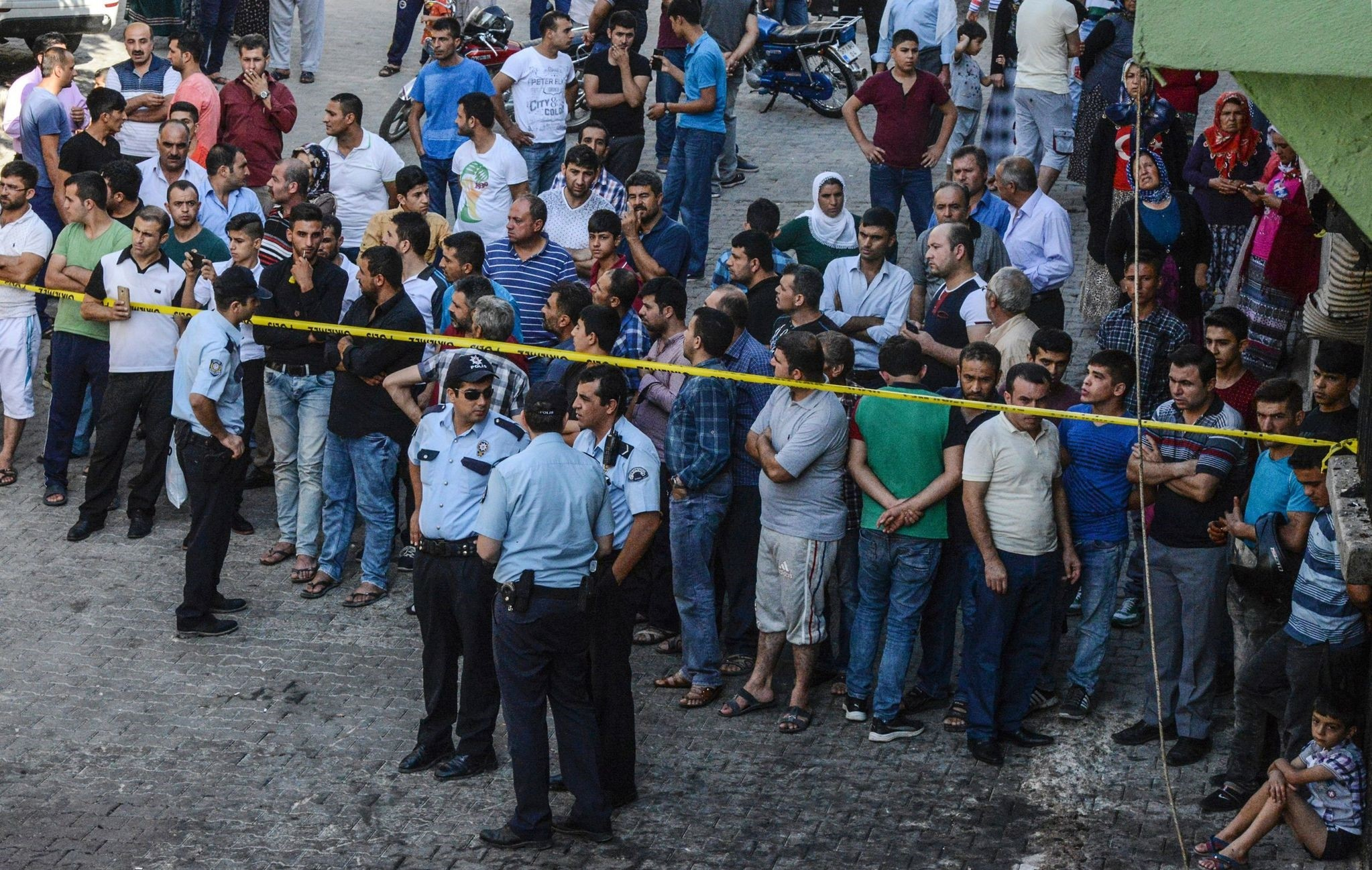 People watch the explosion scene behind a police cordon in Gaziantep in southeastern Turkey near the Syrian border on August 21, 2016. (AFP Photo)