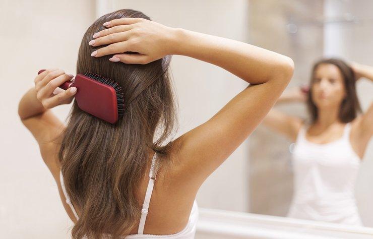 Günde ortalama 100 tel saç dökülür. Bu sayı, mevsim geçişlerinde artış gösterebilir. Mevsim değişikliğinde saçları etkileyen hormonlar artar ve saç zayıflar. Bu da, saç dökülmesini artırır. Bu sizi endişelendirmesin. Çünkü mevsim geçişlerinde meydana gelen saç dökülmesi geçici bir durumdur.