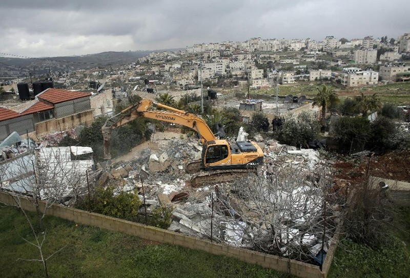 Israeli authorities use heavy machinery to demolish a house belonging to a Palestinian family in the East Jerusalem neighborhood of Shuafat, Feb 8, 2016. (File Photo)