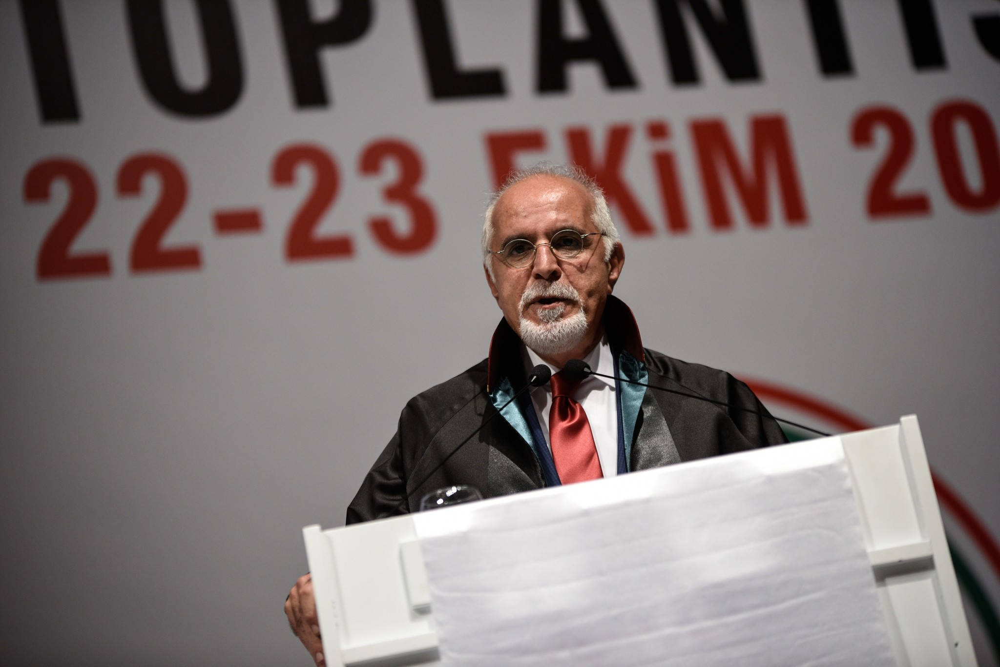 Mehmet Durakou011flu speaks before the Bar Association election at Haliu00e7 Conference Center in Istanbul on Sunday. (DHA Photo)