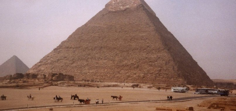 BOMB HITS TOURIST BUS NEAR EGYPTS GIZA PYRAMIDS, WOUNDS 17