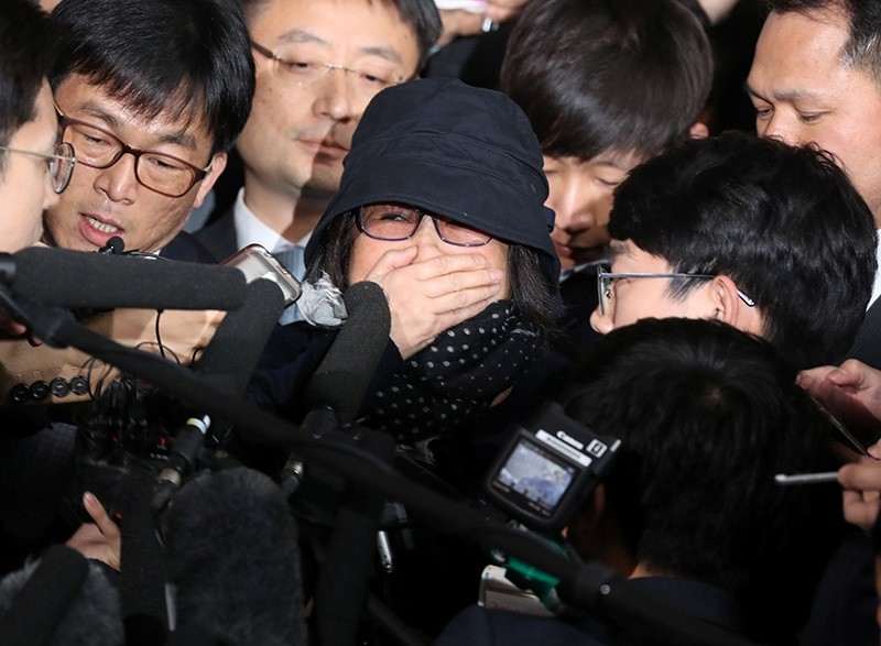 Choi Soon-sil (C), who is involved in a political scandal, reacts as she is surrounded by the media upon her arrival at a prosecutor's office in Seoul, South Korea, Oct. 31, 2016. (REUTERS Photo)
