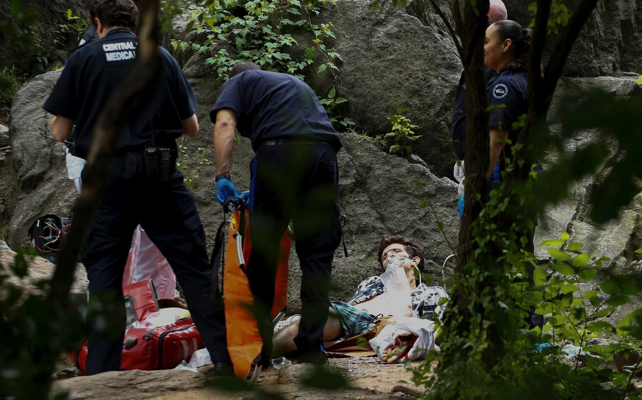 A critically injured man lies on the ground as he receives assistance after an explosion was detonated at Central Park in New York on July 3, 2016. (AFP Photo)
