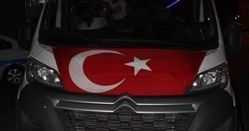 Bayrak çekilmiş araçta yakalandılar