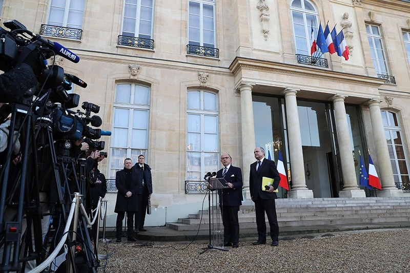 French Prime Minister Bernard Cazeneuve and French Interior Minister Bruno Le Roux (R) hold a press conference to announce that the state of emergency will be extended until July 2017. Dec. 10, 2016. (AFP Photo)