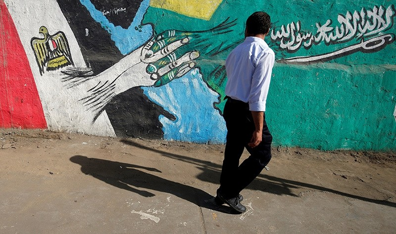 A man walks past graffiti depicting relations between Egypt and Saudi Arabia in Cairo, Egypt, October 12, 2016. Picture taken October 12, 2016. (Reuters Photo)