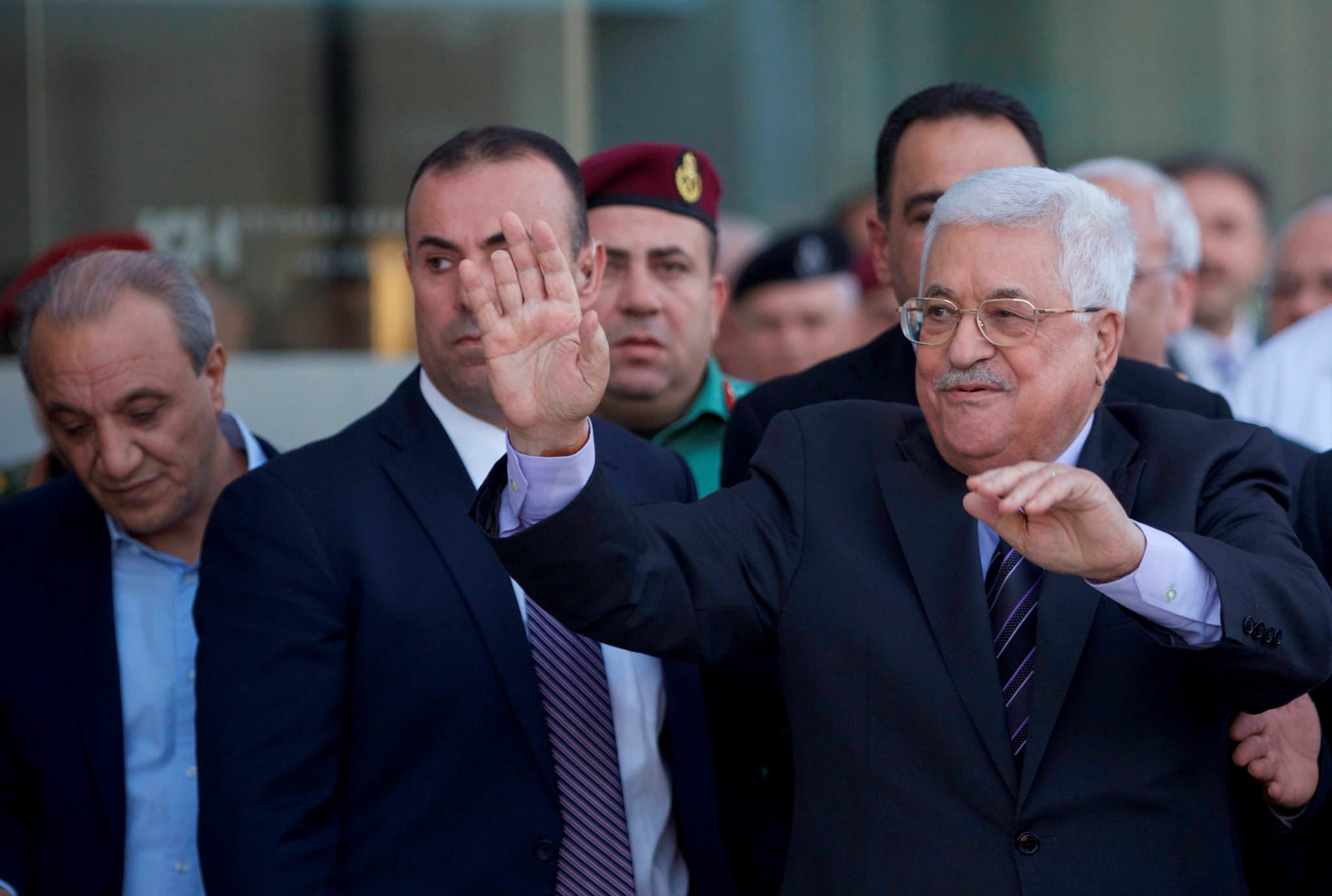 Palestinian President Mahmoud Abbas waves after leaving the hospital in the West Bank city of Ramallah, October 6, 2016. (REUTERS Photo)