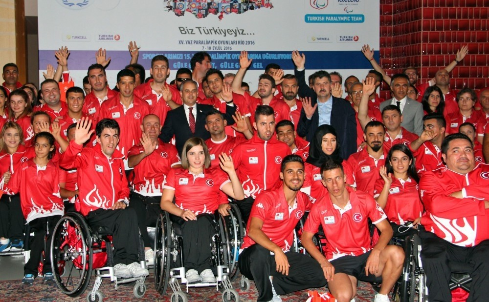 Youth and Sports Minister Akif u00c7au011fatay Ku0131lu0131u00e7 poses with Turkey's Paralympics team.