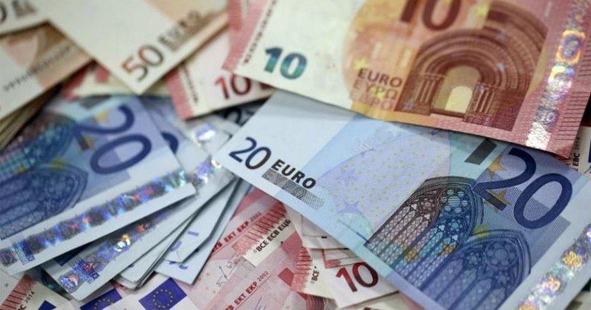 Gümrükte 100 bin euro ile yakalandılar