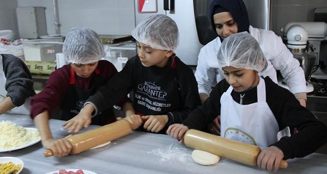 في غازي عنتاب: أطفال سوريون يلبسون قبعات الطهاة الكبار
