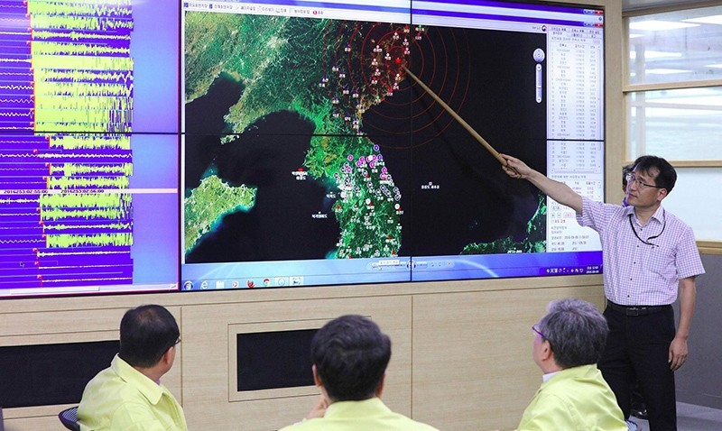 A South Korean official points to a map showing the epicenter seismic waves in North Korea, at the Korea Meteorological Administration in Seoul on September 9, 2016 following news of another nuclear test by North Korea (AFP Photo)