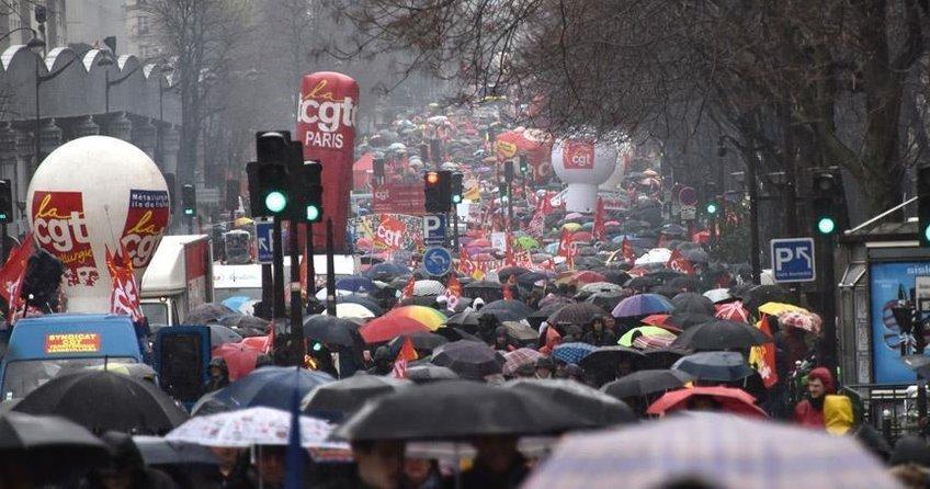 Fransa'da öğrencilerden grevlere destek