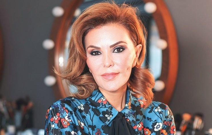 Cemiyet hayatının stil sahibi isimlerinden biri olan Feryal Gülman ile yaklaşık 20 yıldır gittiği kuaförü Ebil Bebek'te buluşarak make-up artisti Nihal Özmanav'ın yaptığı makyajı mercek altına aldık.