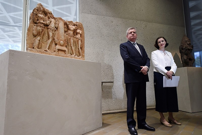Australian Arts Minister Mitch Fifield (2-R) and Deputy Director of the National Gallery of Australia, Kirsten Pasley (R), attend a press conference at the National Gallery of Australia (NGA), in Canberra, September 19 2016 (EPA Photo)