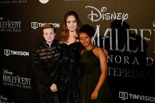 Angelina Jolie kızlarıyla film galasında